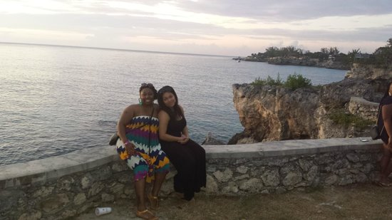 Negril Lighthouse: Posing on the cliff's edge