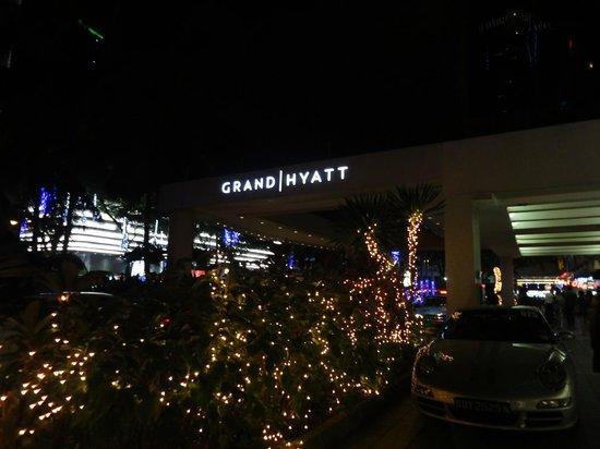 Grand Hyatt Singapore: 夜のエントランス