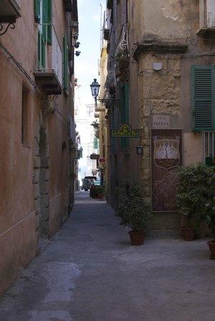 Donnaciccina Accomodation: Улочка на которой расположен отель