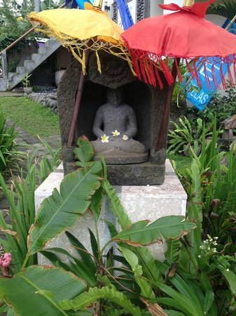 Bayshore Villas Candi Dasa: beautiful garden statues and umbrellas throught the well maintained gardens