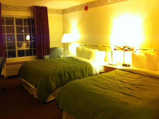 Country Inn & Suites By Carlson, Big Flats (Elmira) : Room facing the highway