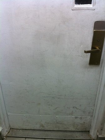 Quality Inn : DIRTY Doors from dining to rooms and from rooms to outdoors - really?