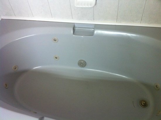 Quality Inn : Extra large tub with whirlpool jets (controller is on wall of bathroom