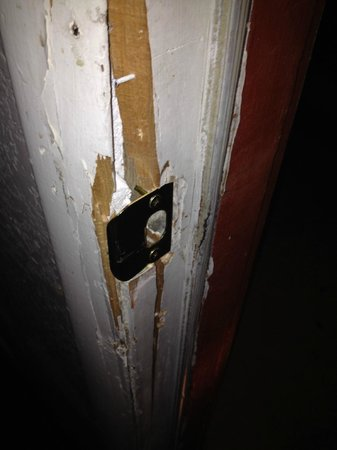 Venture Inn : Entry door jamb severely broken