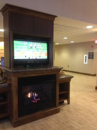 Hampton Inn & Suites Fairbanks: Lobby area TV and fireplace