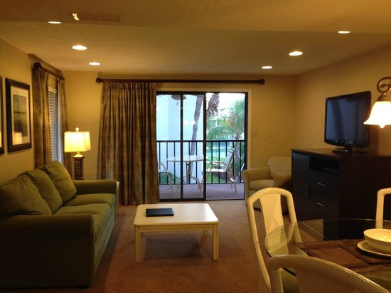 Orlando International Resort Club: Living room-looking towards patio