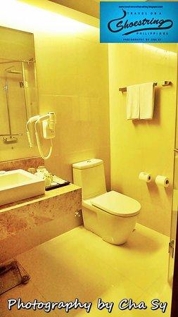 Armada Hotel Manila: Spacious Comfort room
