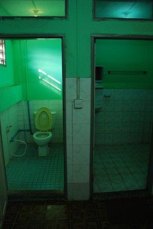 Silver Moon Hotel: bathroom and toilet