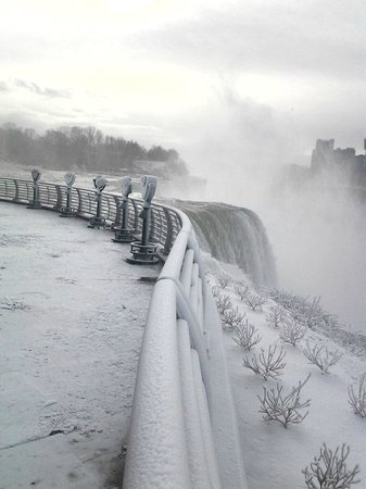 Hampton Inn Niagara Falls: Near the hotel (winter scene is very different than summer)