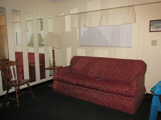 Oak Square at Gatlinburg: Living Room and Couch
