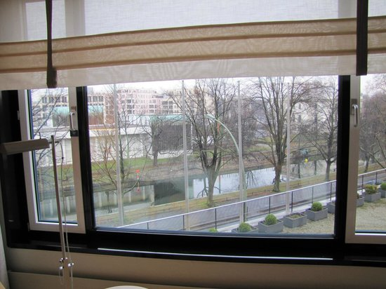 Sheraton Berlin Grand Hotel Esplanade: Room with a view to the river