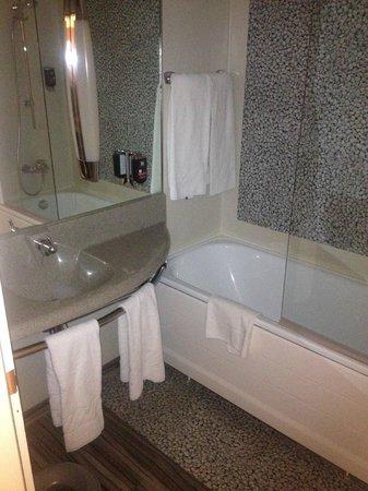 ibis Styles Linz: The bathroom