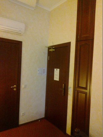 Hotel Monte Kristo : Room entrance and my narrow closet