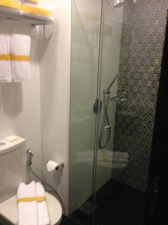 Hotel Nostalgia : Very clean & modern Bathroom
