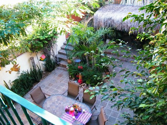 Casa Tuscany Inn: View of our breakfast table from the balcony of the Romeo & Juliet room