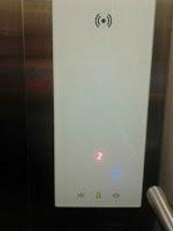 Go Hotels Tacloban: Cool elevator