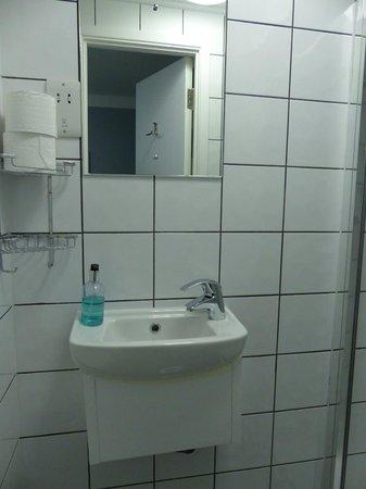 Angus Hotel - bathroom
