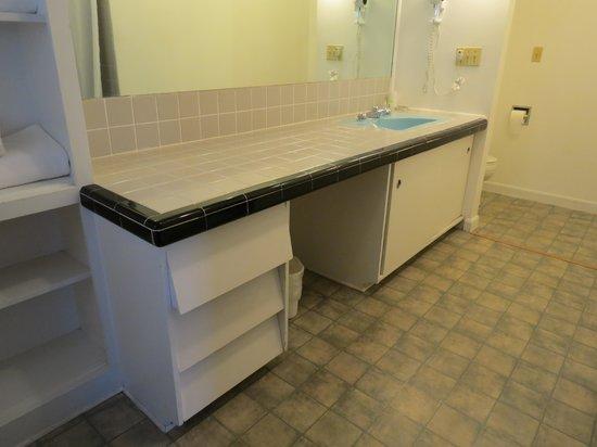 Bel Aire Motel: Vanity in the HUGE bathroom