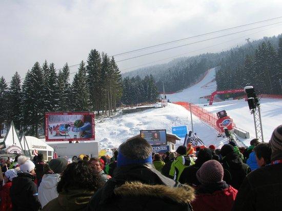 Garmisch-Classic: ゴール付近から見上げたカンダハーコース。もっと上の方のコースは大きなモニターで見れます。右側の少し小さいモニターには滑走中の選手の過去の戦績とかが表示されていてます。