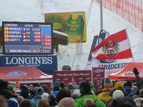 Garmisch-Classic: 右側の小さいモニターには、レース順位も表示や、レースの途中のラップも表示されてます。