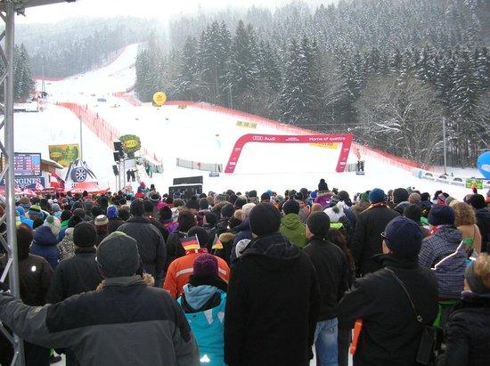 Garmisch-Classic: GSの2本目は観客が増えて混みあってます。