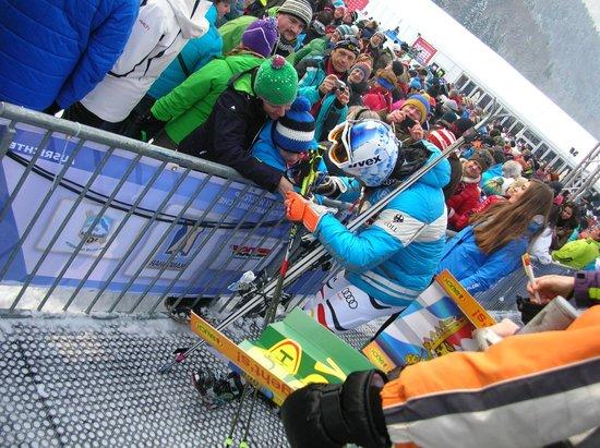 Garmisch-Classic: スタンド(VIP席)の最前列は、すぐ前をGS1本目を終えた選手が通ります。ちびっ子がサインをもらっています。