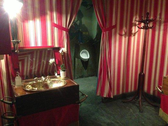 Hotel Negresco: lobby toilets