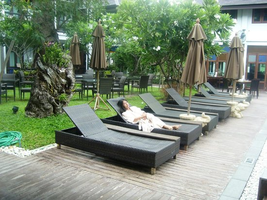 De Lanna Hotel, Chiang Mai: Pool side in the gardens.