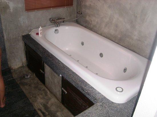De Lanna Hotel, Chiang Mai : That is one sweet spa bath.