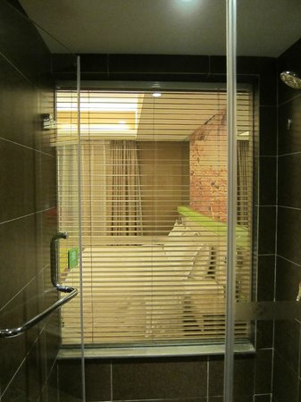 Atour Hotel Xi'an Nanmen: Glass wall separating bathroom/ room
