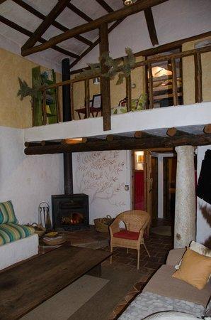 Casa rural La Alameda: Salón comedor (parte), chimenea y acceso a habitaciones