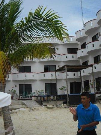 Hotel Las Brisas del Pacifico: wij hadden op de eerste verdieping de tweede kamer vanaf links