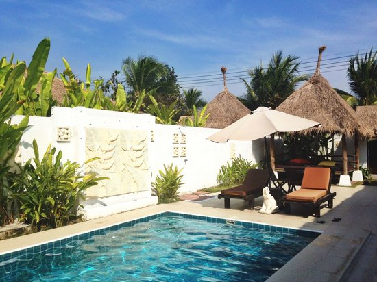 Dhevan Dara Resort & Spa Hotel : poolside and outdoor area