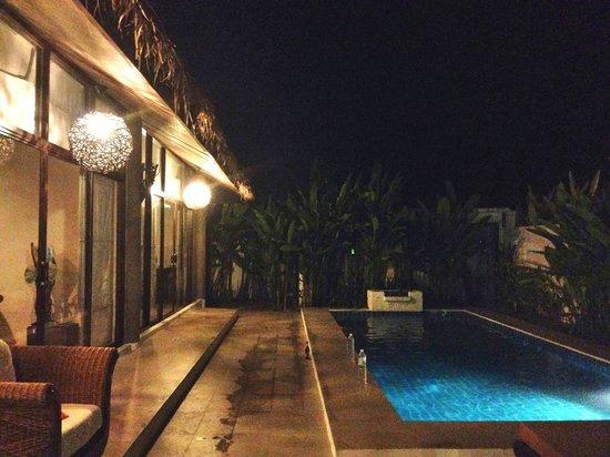 Dhevan Dara Resort & Spa Hotel : rooms and poolside