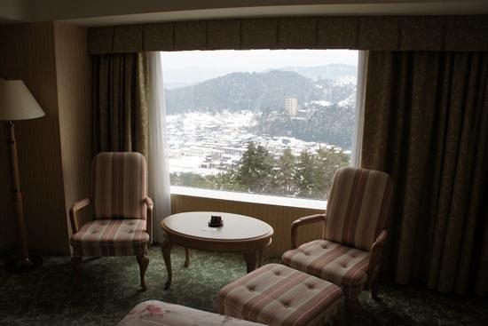 Hotel Associa Takayama Resort : vue de la chambre sur la vallée enneigée