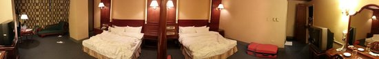 Majesty Hotel: Panoramic view of the quadruple room with 2 double beds.