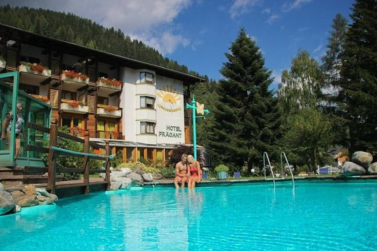 blick auf pool und hotel picture of hotel praegant bad kleinkirchheim tripadvisor. Black Bedroom Furniture Sets. Home Design Ideas