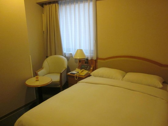 Sunroute Hotel : Compact but efficient room.