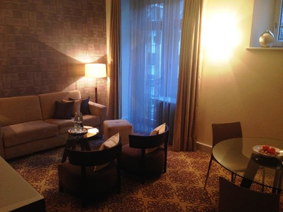 Alden Luxury Suite Hotel Zurich: Front Sitting room with balcony