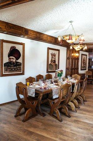 Restaurant Hanul Domnitorilor: Organizam mese festive , nunti , botezuri ,