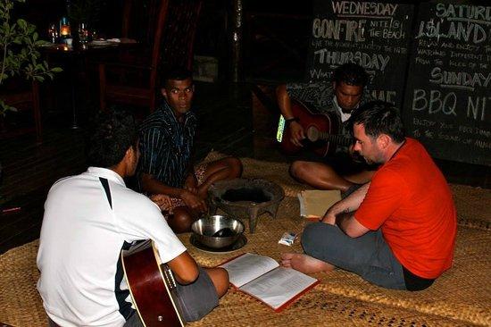 Club Fiji Resort: Sing along with the boys