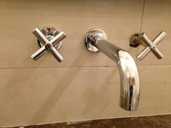 Hôtel L'Edmond, Paris : robinet de salle de bain