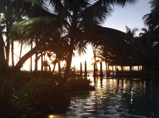 Shangri-La's Boracay Resort & Spa: Sunset over the pool