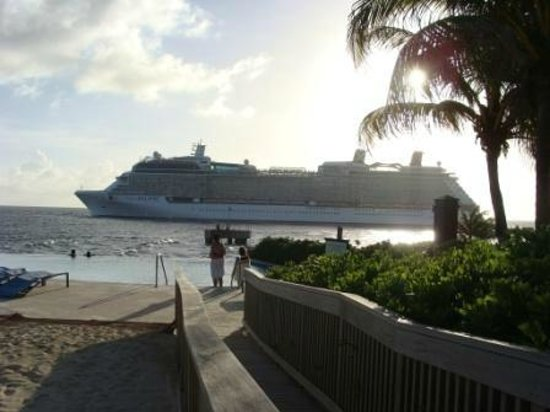 Renaissance Curacao Resort & Casino : Cruising ships near the pool area were impressive
