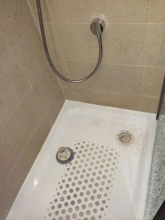Mercure Aberdeen Caledonian Hotel: Blocked & Overflowing  Shower