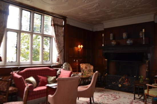Gravetye Manor Hotel and Restaurant: Downstairs sitting room