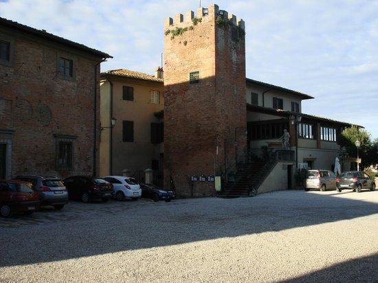 Miravalle Palace Hotel: Vista dal piazzale del Castello