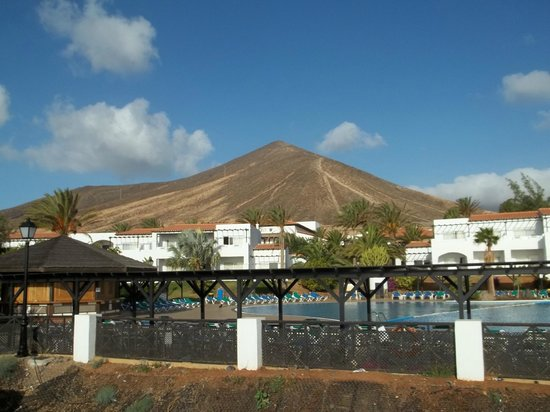 TUI MAGIC LIFE Fuerteventura: View of the pool and mountain behind the hotel
