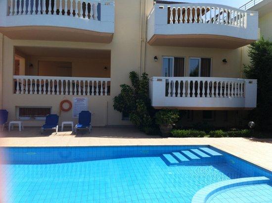 Golden Rose: Spacious balconies overlooking the pool