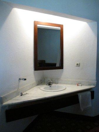 Angolo lavandino esterno al bagno inserito nella camera da - Lavandino angolo bagno ...